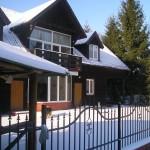 Dom od frontu zimą